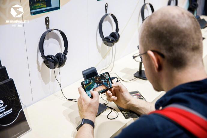 拳皇游戏制作人小田泰之闪现西山居展台,感慨:带有东方文化的动作手机游戏,够硬核!